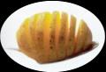 Je kunt heel makkelijk voorkomen dat je de aardappels te ver insnijdt, door deze tijdens het snijden op een lepel te leggen. De holling van de lepel zorgt ervoor dat je niet kunt uitschieten.