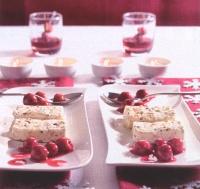 Stracciatella-ijs met bitterkoekjes en kersen